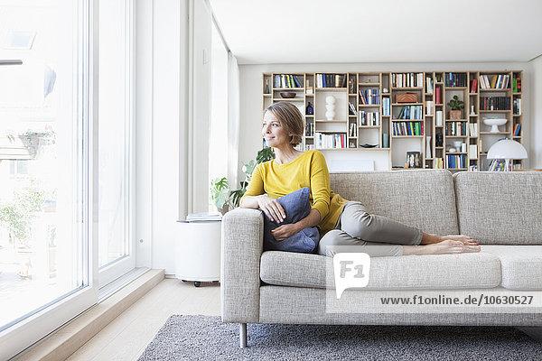 Entspannte Frau zu Hause auf der Couch