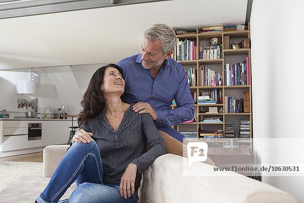 Lächelndes reifes Paar zu Hause