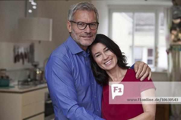 Porträt des lächelnden reifen Paares zu Hause