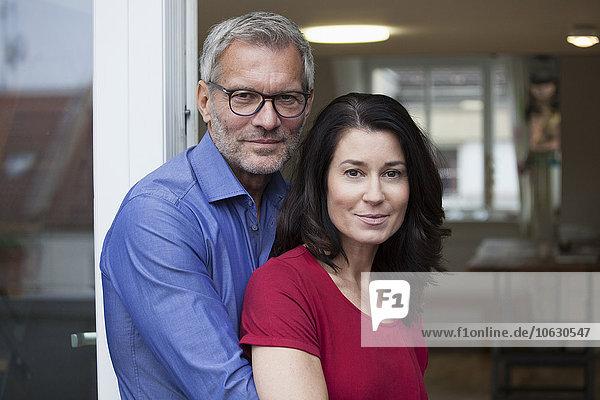 Porträt eines selbstbewussten reifen Paares zu Hause