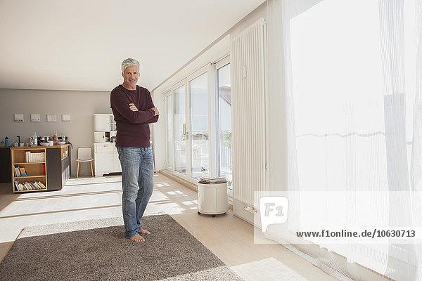 Porträt von reifen Mann zu Hause