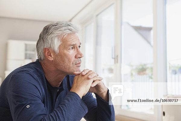 Porträt eines nachdenklichen Mannes zu Hause
