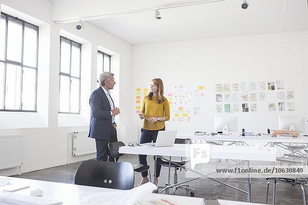 Geschäftsmann und Mitarbeiter besprechen Projekt im Büro