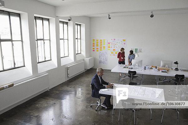 Architekten  die im Büro arbeiten