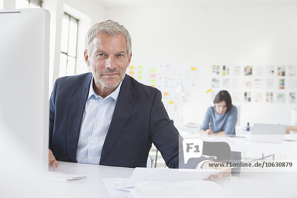 Porträt eines selbstbewussten Geschäftsmannes im Amt