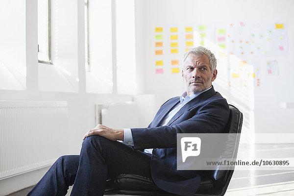 Geschäftsmann sitzend auf dem Stuhl im Büro