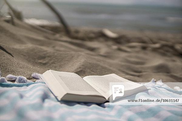 Italien  Toskana  Maremma  Buch auf Strandtuch