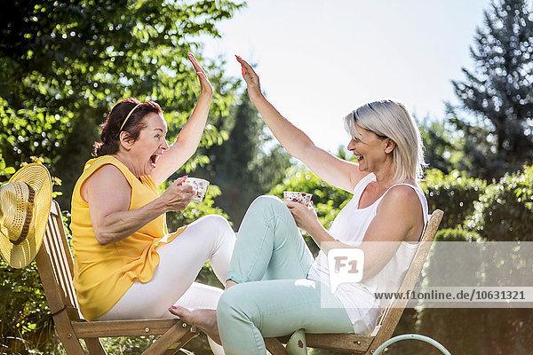 Fröhliche reife Frauen in der Gartenhochburg
