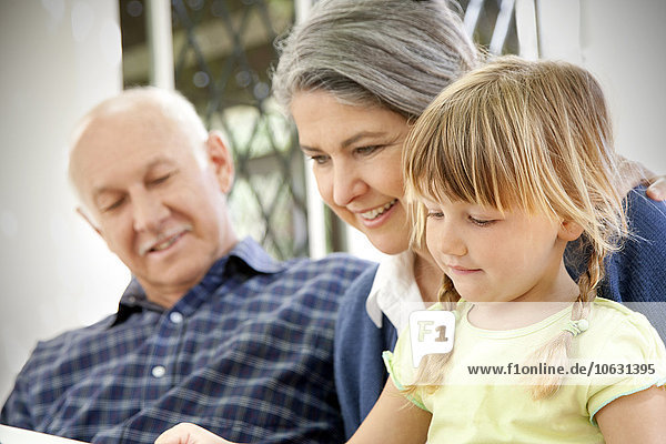 Kleines Mädchen mit Großeltern