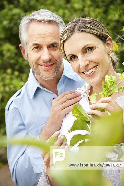 Porträt eines lächelnden Paares im Garten Porträt eines lächelnden Paares im Garten