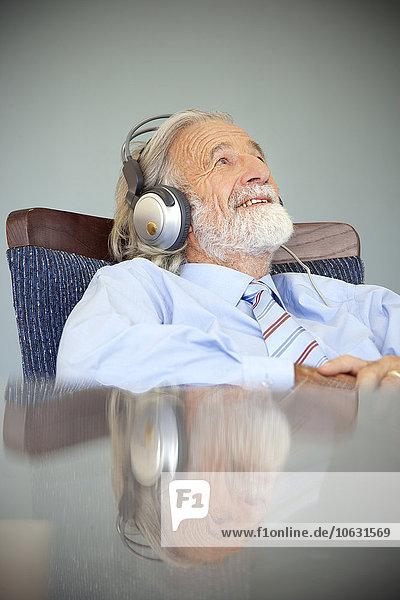 Senior Mann mit Kopfhörer  Musik hören Senior Mann mit Kopfhörer, Musik hören