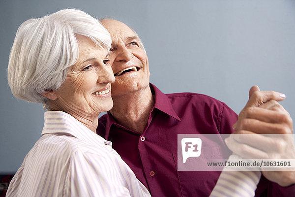 Fröhliches älteres Paar beim Tanzen Fröhliches älteres Paar beim Tanzen