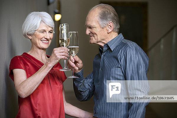 Seniorenpaar feiert mit Champagner