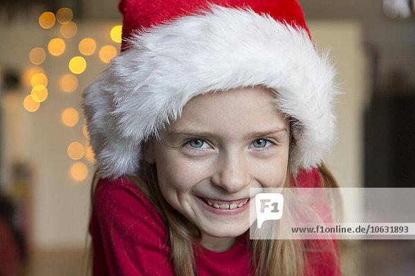 Porträt eines lächelnden Mädchens mit Weihnachtsmütze