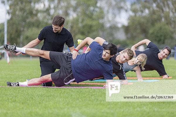 Trainer bei Übungen mit dem Team auf dem Sportplatz