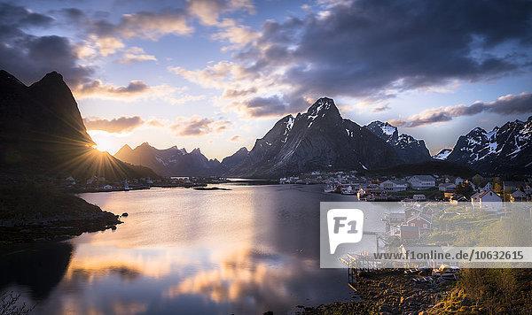 Norwegen  Lofoten  Reine in der Dämmerung