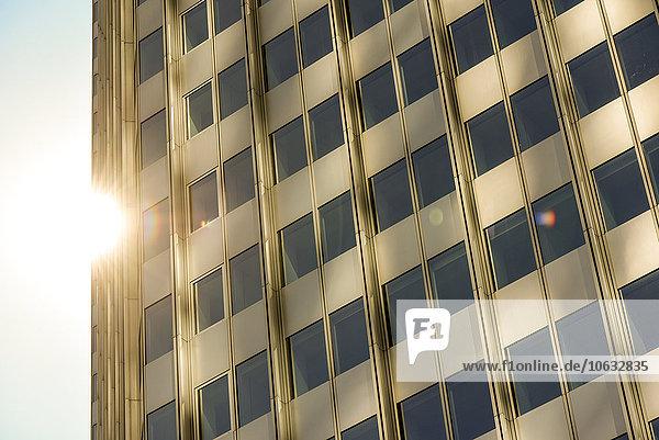 Deutschland  Frankfurt  Teil der Fassade des Gewerbeturms im Gegenlicht