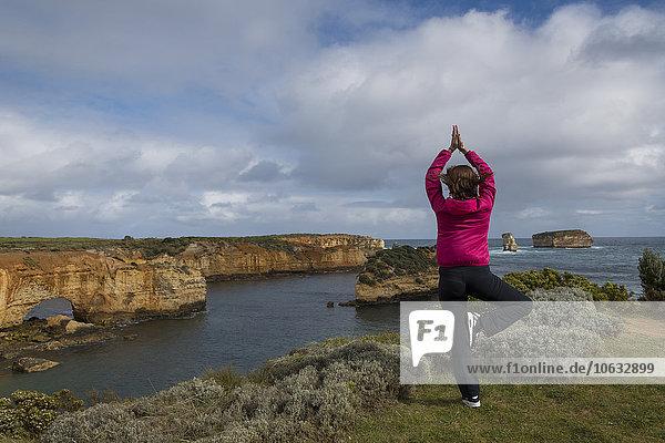 Australien  Great Ocean Road  Frau beim Yoga an der Küste