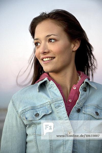 Lächelnde junge Frau in Jeansjacke Lächelnde junge Frau in Jeansjacke