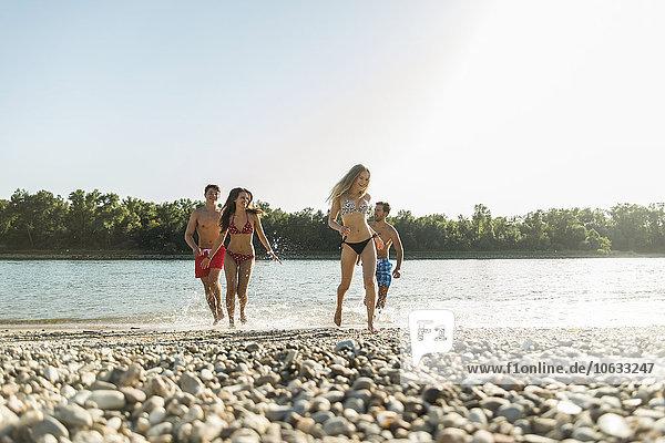 Freunde  die in den Fluss laufen