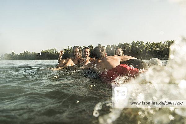 Glückliche Freunde im Wasser