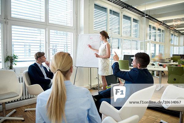 Geschäftsfrau  die eine Präsentation am Flipchart leitet