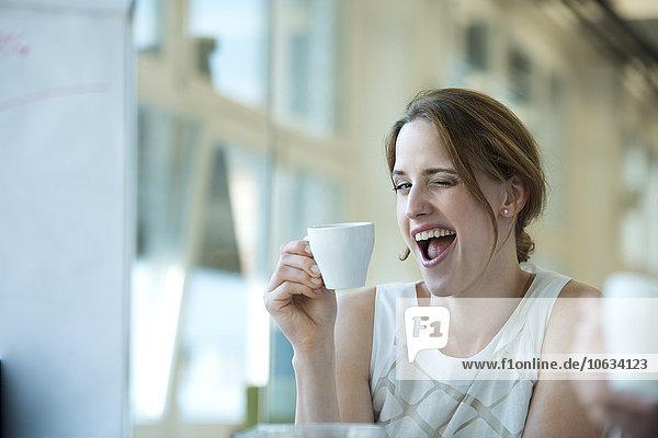Porträt einer verspielten Geschäftsfrau mit Augenzwinkern