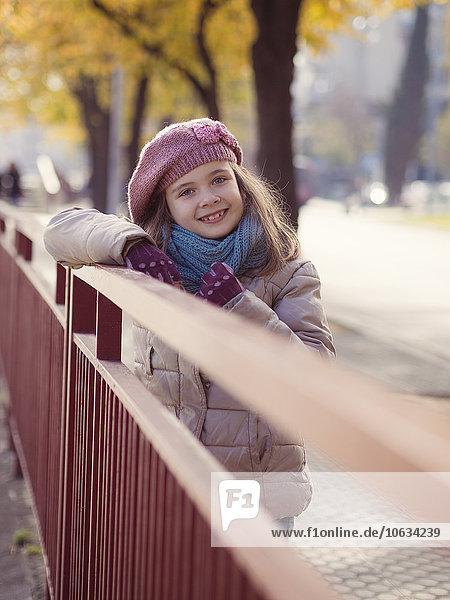Lächelndes Mädchen in Winterkleidung Lächelndes Mädchen in Winterkleidung