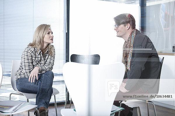 Zwei Kollegen diskutieren im Amt