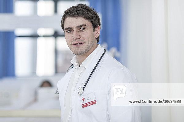 Porträt eines selbstbewussten Arztes im Krankenhaus