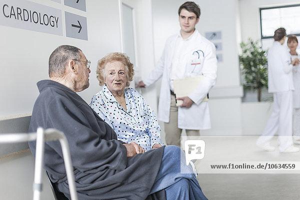 Ältere Patienten  die im Krankenhaus warten