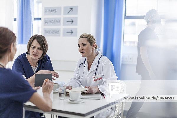 Ärzte im Krankenhaus  diskutieren über