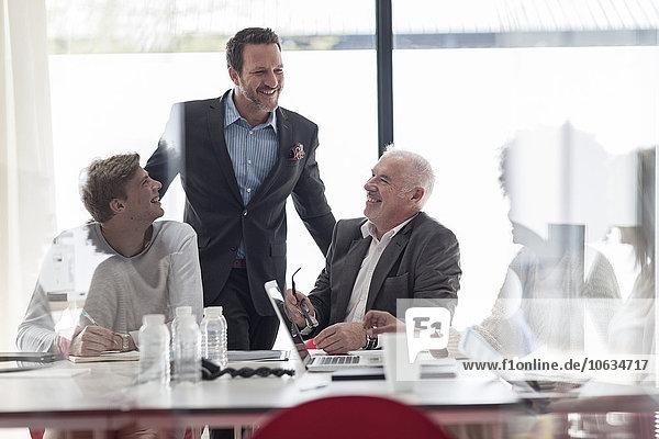 Zuverlässige Geschäftsleute im Konferenzraum