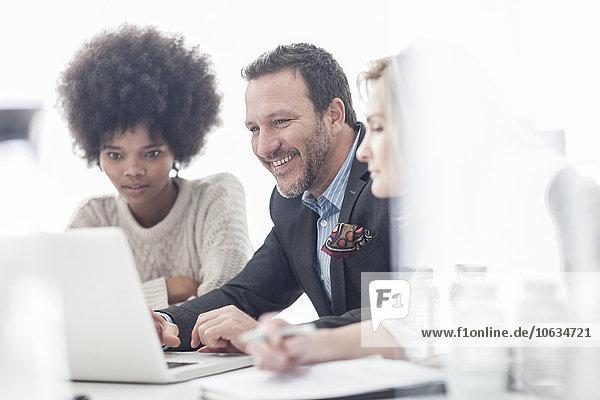 Kollegen im Büro arbeiten gemeinsam am Laptop