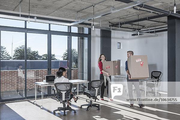Menschen im Büro mit Umzugskartons