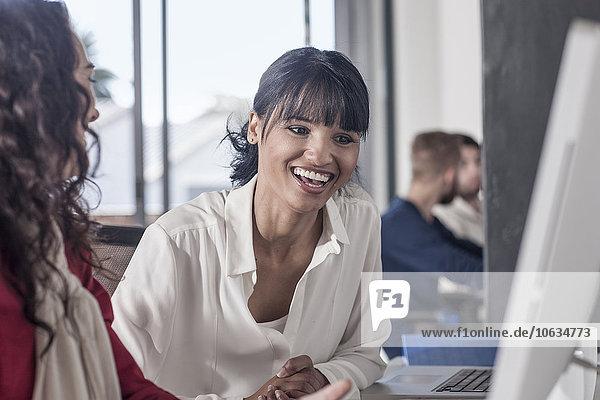 Kreative Profis  die gemeinsam im Büro arbeiten