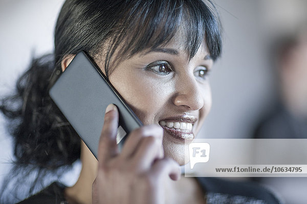 Frau im Büro telefoniert am Telefon