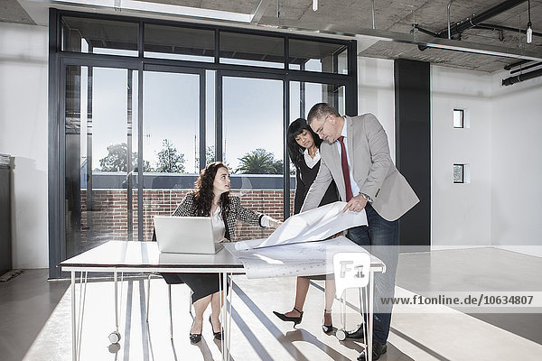 Geschäftsleute im neuen Großraumbüro