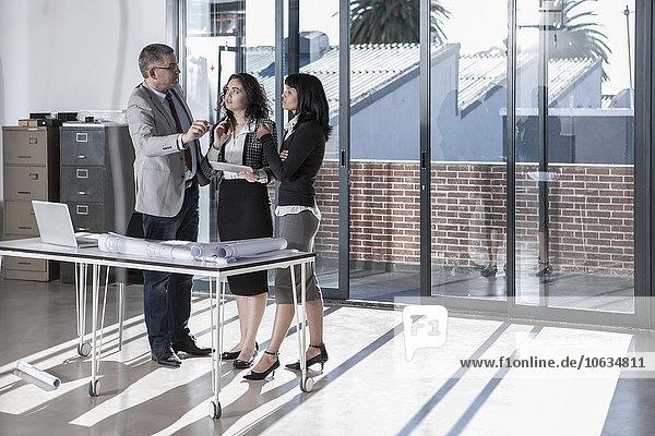 Geschäftsleute stehen und reden im neuen Großraumbüro