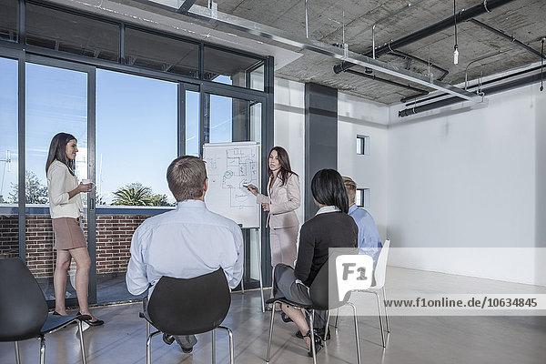 Geschäftsfrau bei einer Präsentation mit Flipchart