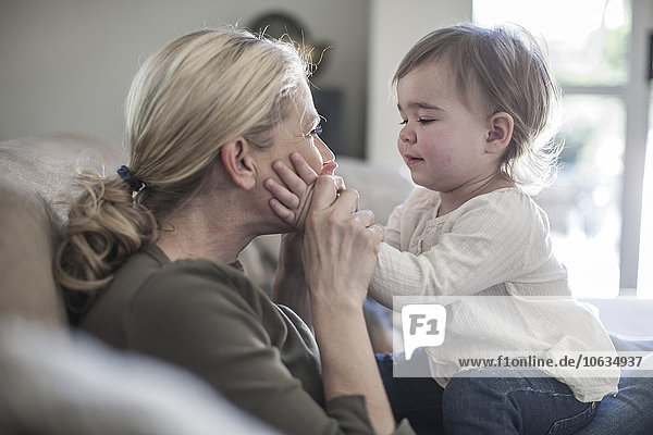 Mutter und kleines Mädchen zu Hause