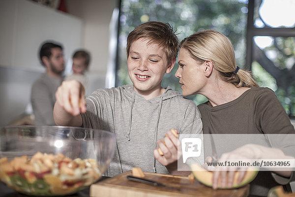 Mutter und Sohn in der Küche bei der Zubereitung des Essens