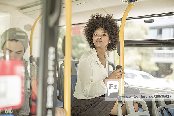 Junge schwarze Frau im Stadtbus