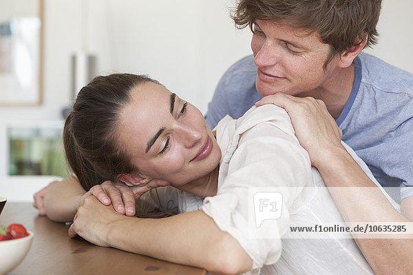 Junges Paar auf Tisch gelehnt  Nahaufnahme