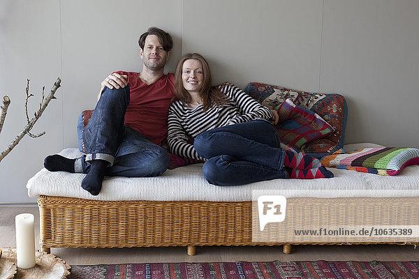 Paar auf Sofa liegend  Portrait
