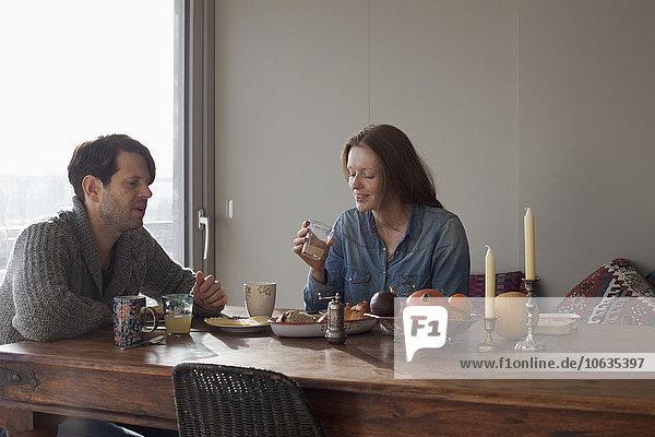 Paar beim Frühstück am Esstisch