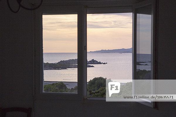 Blick auf das Meer vom Fenster aus gesehen