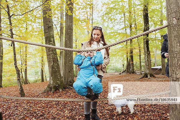 Junge - Person Hilfe Seil Tau Strick balancieren Wald Mutter - Mensch Junge - Person,Hilfe,Seil,Tau,Strick,balancieren,Wald,Mutter - Mensch