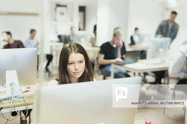 junge Frau junge Frauen benutzen Computer Klassenzimmer Medien
