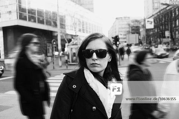 stehend junge Frau junge Frauen Straße Großstadt Hoffnung Sonnenbrille stehend,junge Frau,junge Frauen,Straße,Großstadt,Hoffnung,Sonnenbrille